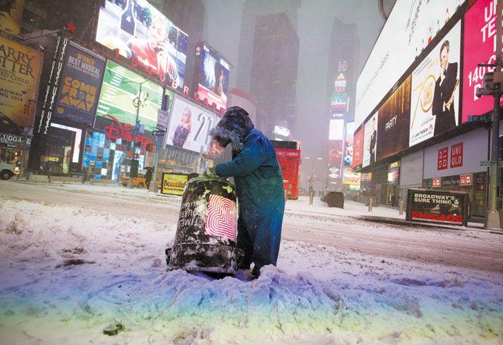 """Frio. Se esperan para este fin de semana temperaturas de -20º en la costa este. Un fenómeno aun más inusual que el ciclón bomba. Los entrevistados coinciden: """"Vimos nevadas así, pero pocos fríos como el de estos días""""."""