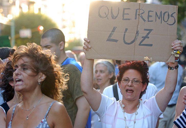 Cerca de 37 mil usuarios de Capital Federal y Gran Buenos Aires permanecían esta mañana sin luz, a raíz del elevado consumo que se registró en los últimos días, a raíz del intenso calor.