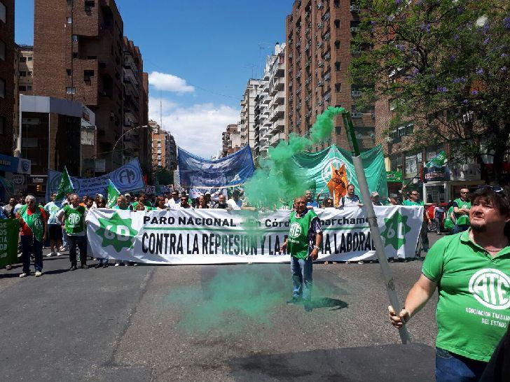 En alerta. Trabajadores de ATE, también se movilizaron en Córdoba con motivo del paro del pasado jueves.