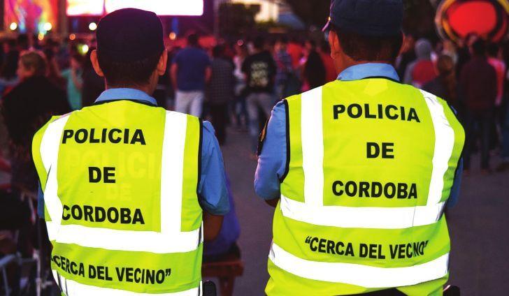 MAS FUERZA POLICIAL. Unos 1.200 agentes recorren las calles y balnearios de Carlos Paz, un 20% más que el año pasado.