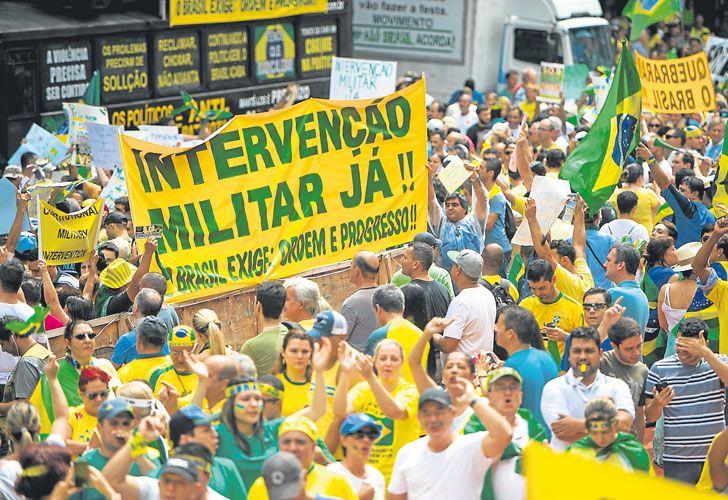 Que vuelvan. En las protestas de 2014 contra Rousseff, grupos radicales reivindicaron el golpismo.