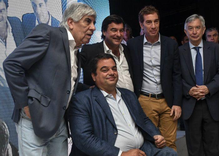 El Ministro de Trabajo, Jorge Triaca; el Vicejefe de Gobierno, Diego Santilli, junto a Hugo Moyano durante la reinauguración del Sanatorio Antártida en pleno centro de Caballito que atenderá a los afiliados a la obra social de chóferes de camiones.