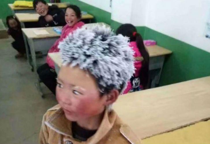 Un niño en China llegó con el pelo congelado a la escuela por caminar 4 kilómetros a 10 grados bajo cero