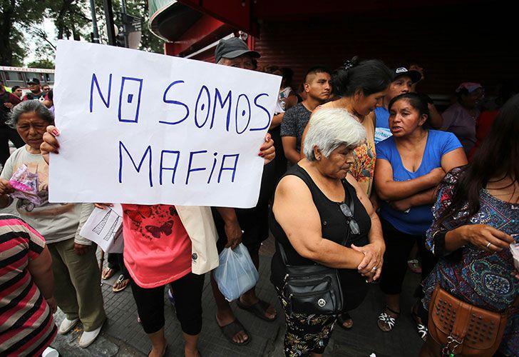Manteros y puesteros intentaban esta mañana resistir el desalojo de las veredas sobre la avenida Rivadavia por parte de un fuerte operativo policial, en el barrio porteño de Liniers.