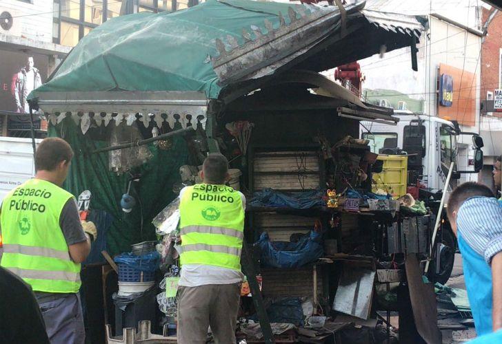 Policía de la Ciudad desaloja a manteros de Liniers.