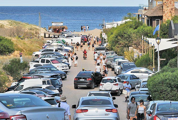 Colmado. El domingo pasado, una postal de la calle que da La Huella, llena de autos y gente. José Ignacio estará así hasta fin de semana, luego bajará.