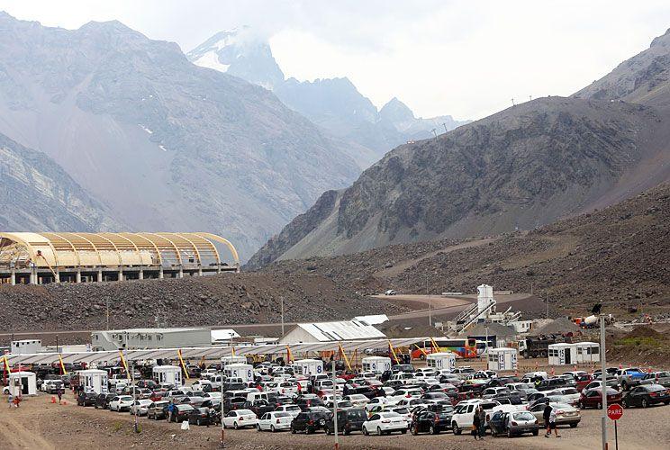 Por el paso Los Libertadores, en Mendoza, hasta ayer habían pasado unas 40 mil personas en auto, y esperaban más para hoy.