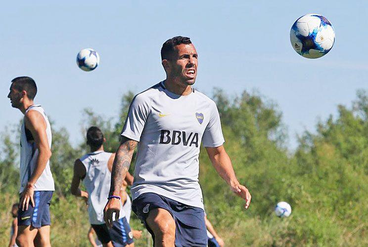 A DOS PELOTAS. Carlos Tevez comienza su tercer ciclo en el club de sus amores, con la obsesión puesta en volver a ganar la Copa Libertadores.