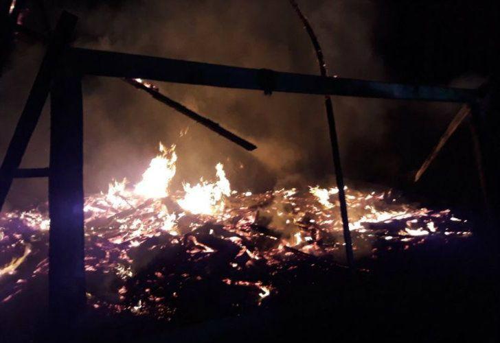 Dos de las capillas incendiadas se consumieron completamente. Investigan lo sucedido.