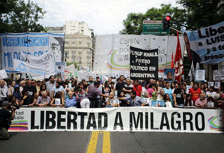Organizaciones sociales y políticas reclaman la liberación de Milagro Sala frente a la Casa de Jujuy en Buenos Aires.