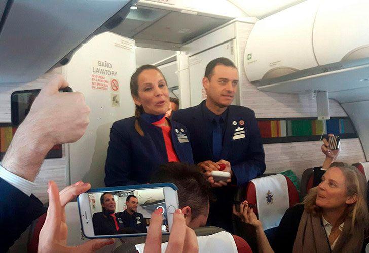 El papa Francisco casó hoy a dos asistentes de vuelo durante el vuelo en el que viajaba desde Santiago de Chile hacia la ciudad norteña de Iquique, un hecho -histórico- ya que nunca un pontífice hizo algo similar.