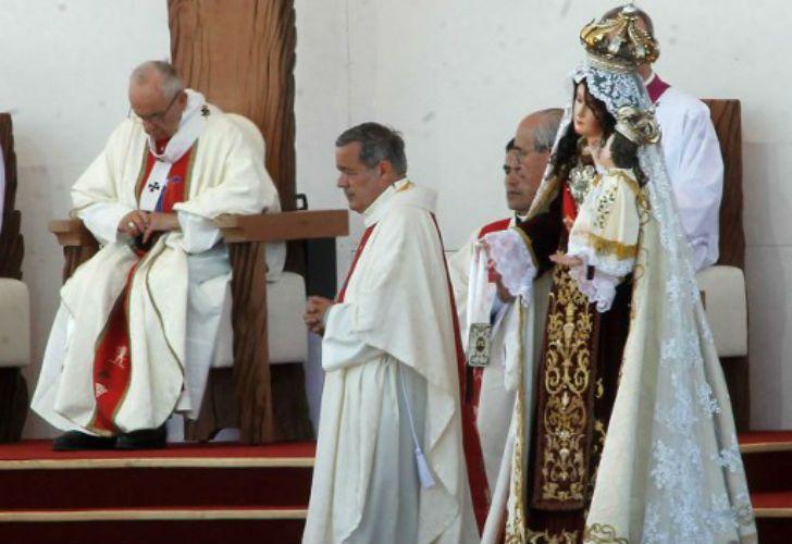 El Papa Francisco junto al obispo de Osorno, Juan Barros, en Chile.
