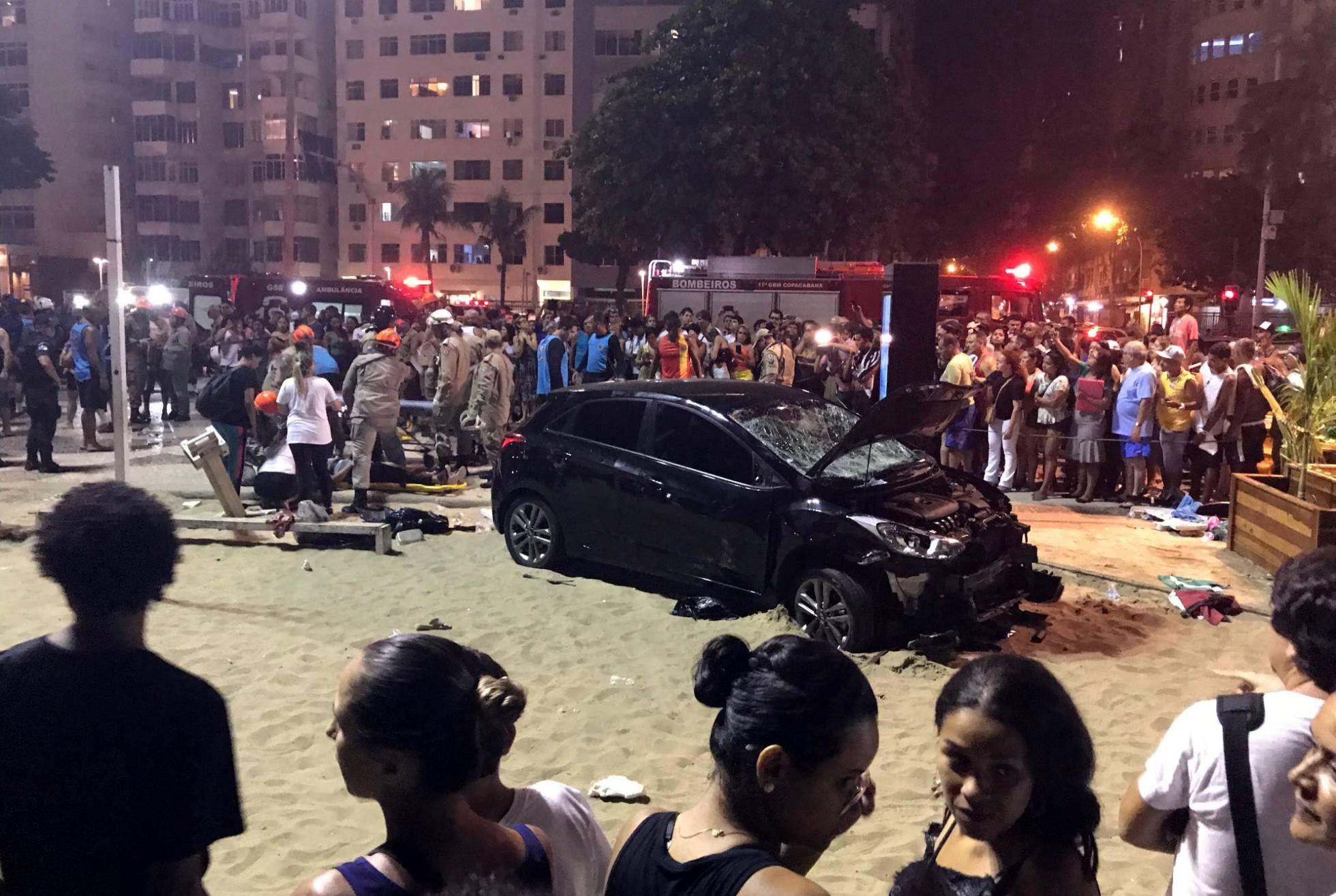 Un coche invadió la acera de la playa de Copacabana y 15 personas resultaron heridas