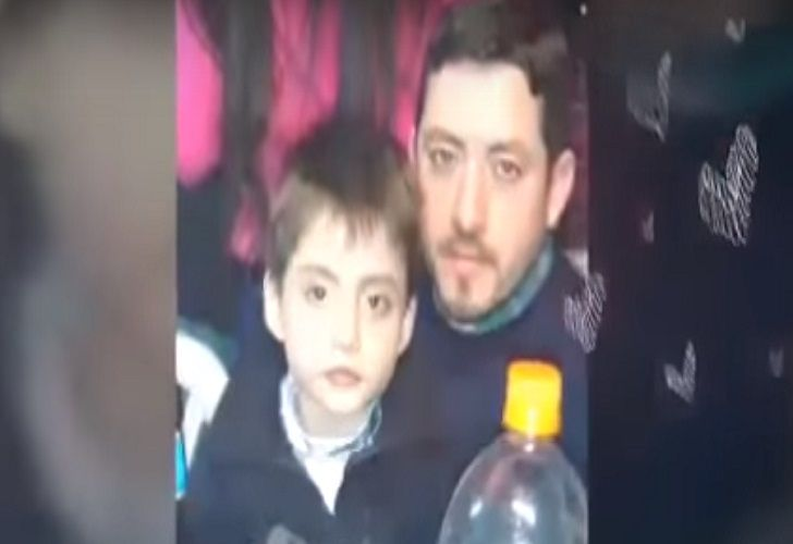 El pequeño de siete años junto a su padre.