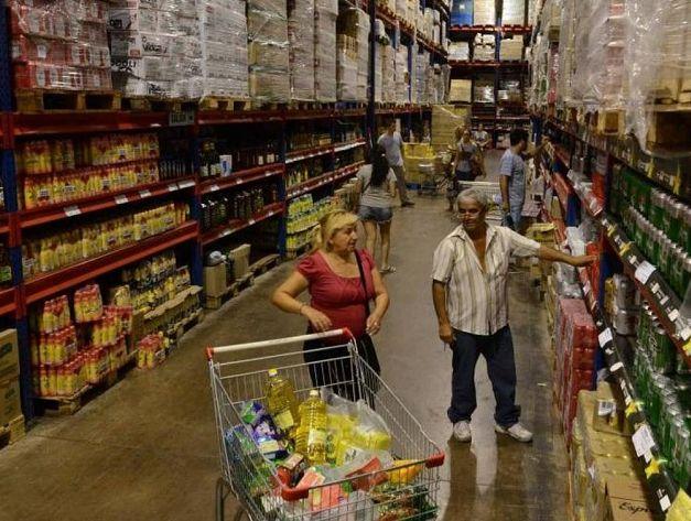 A MEDIDA. El consumidor cordobés prioriza el mayorista para hacer la compra grande del mes y a las tiendas de cercanía para gastos de reposición o compras de urgencia.