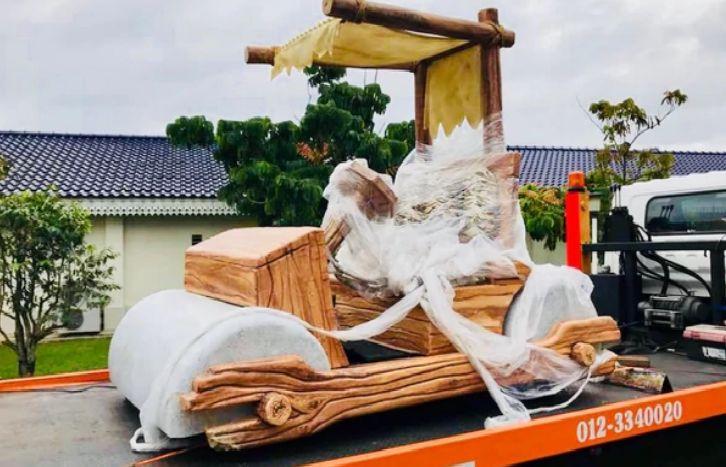 """Imagen de la réplica del """"Troncomóvil"""" obsequiada al sultán de Johor"""