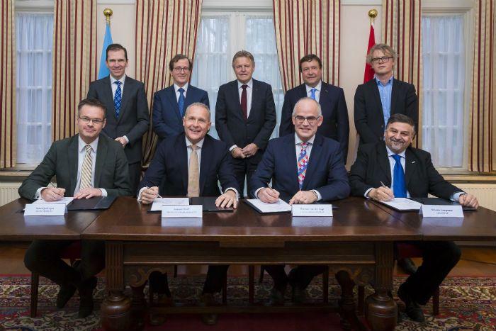 Vicente Campenni, Gerente General de Invap, durante la firma del contrato con Hermen Van der Lugt, CEO de Pallas en La Haya.