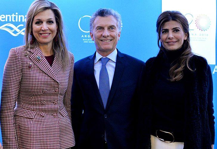 El presidente Mauricio Macri, junto a la primera dama, Juliana Awada, mantuvo un encuentro con la reina de los Países Bajos, Máxima, en la Casa Argentina de la ciudad suiza de Davos.