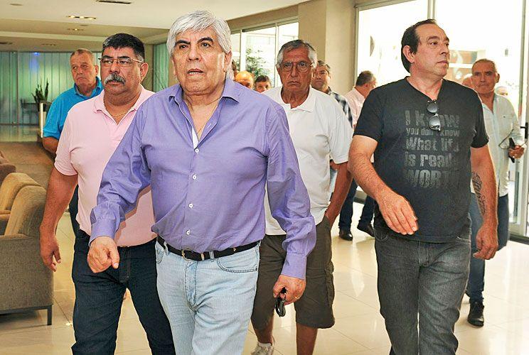 Espadas. Hugo salió a hablar, pero a la vez postergó la marcha para el 22 de febrero en busca de una posible salida negociada. Pablo estuvo ayer en la reunión del peronismo en San Bernardo.