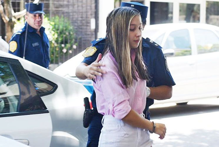 Traslado. La joven ayer, al llegar a tribunales. Dijo que tuvo una pelea con Pastorizzo antes del crimen.