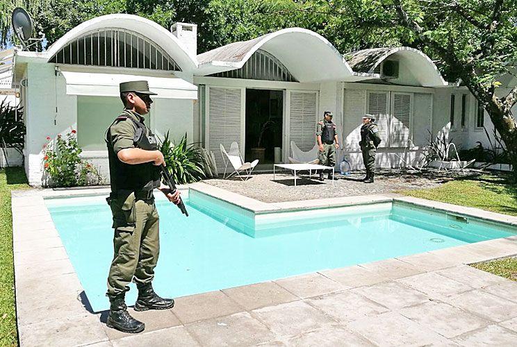 Ugiate. Dos miembros de la banda alquilaban casas en el country.
