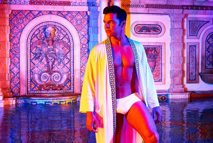 Acción. El artista interpreta a la pareja de Gianni Versace.