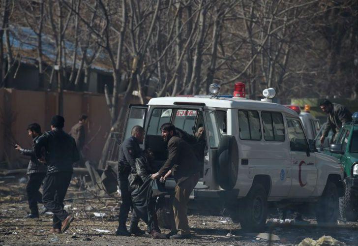 La explosión de una ambulancia-bomba dejó decenas de muertos y un centenar de heridos en Kabul. Los talibanes reivindicaron el atentado.