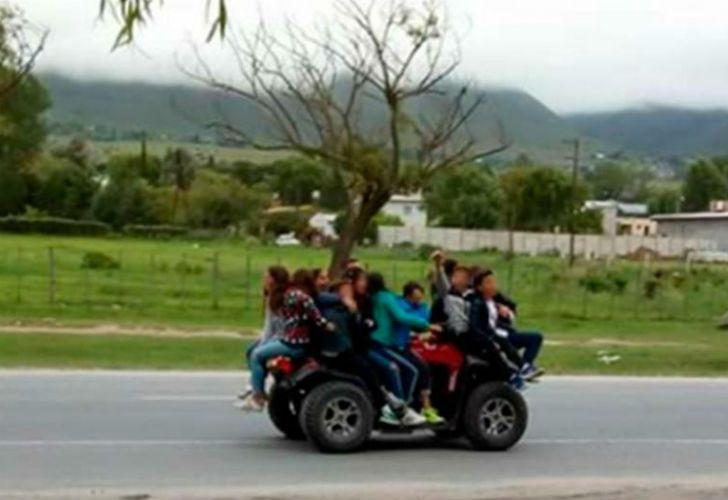 La imagen de los 10 chicos que a bordo de un cuatriciclo en una ruta de Tucumán se volvió viral.