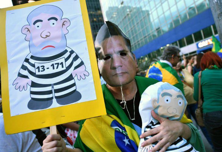 Deseos. Un manifestante exhibe una caricatura de Lula preso, símbolo de las protestas anti PT.