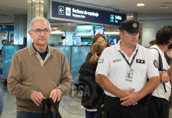 Antonio Ledezma llegó este domingo al Aeropuerto Internacional de Ezeiza