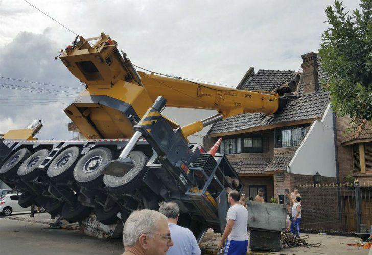 La grúa perdió el control y destruyó el techo de la vivienda en Mataderos.