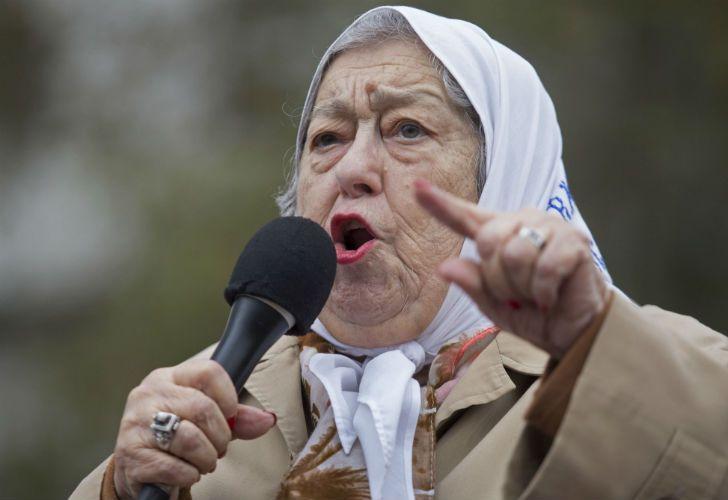 El lunes, la líder de la Asociación Madres de Plaza de Mayo, Hebe de Bonafini, se había resistido a un allanamiento.
