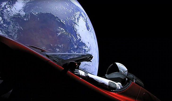 Un auto eléctrico de la marca Tesla viaja a Marte dentro del cohete