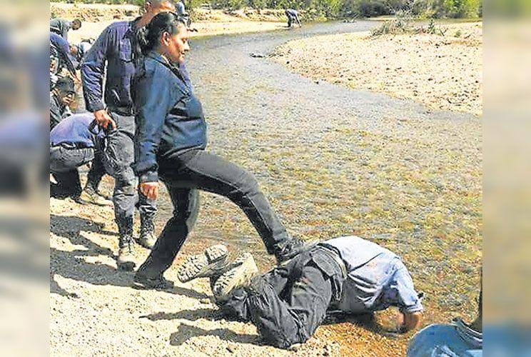 Detenida. La comisaria riojana Adriana Rodríguez maltrata a un cadete en un arroyo.