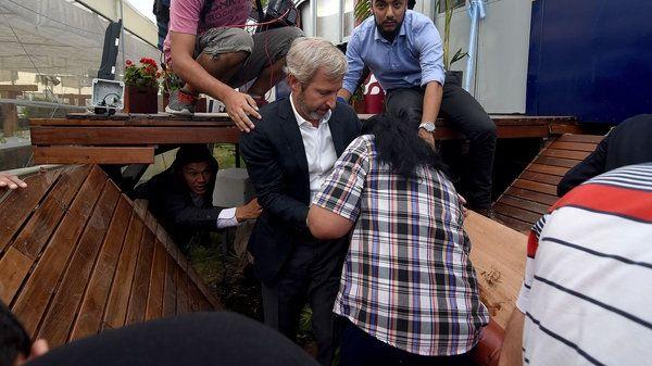 El ministro se encontraba en la inauguración del restaurante la dirigente social cuando de repente el deck donde estaban se derrumbó.