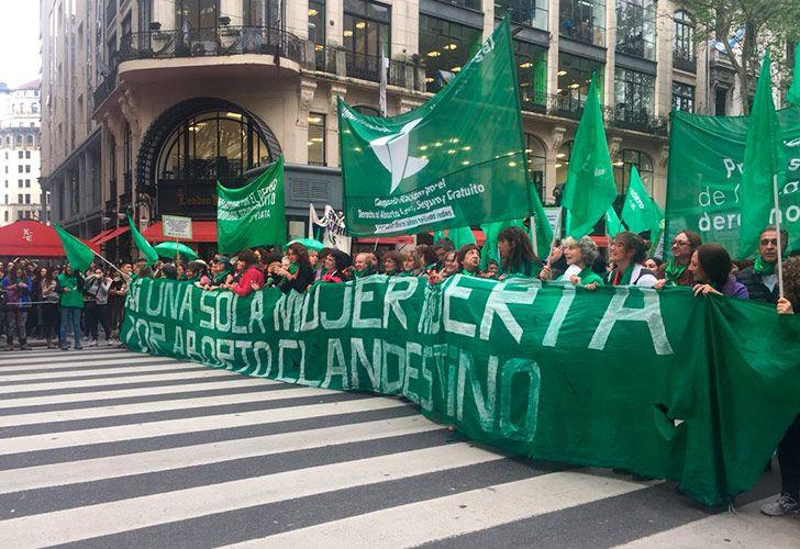 'Tuitazo' y 'pañuelazo' en Argentina para pedir la despenalización del aborto