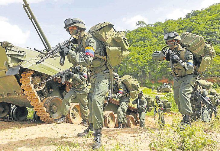 Armados. Tropas del Ejército chavista en plena ejercitación.