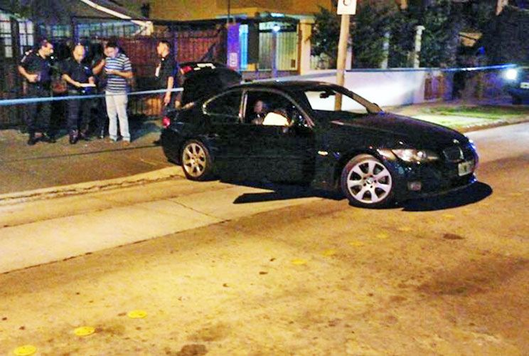 Escena. El ladrón recibió un disparo en el pecho y murió en el asiento del conductor, cuando intentaba huir en el auto robado.