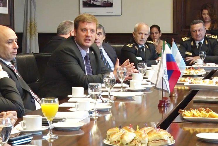 Mesa chica. El agente de la fuerza porteña ofició como traductor en la firma de un convenio entre el gobierno porteño y el Ministerio del Interior ruso.