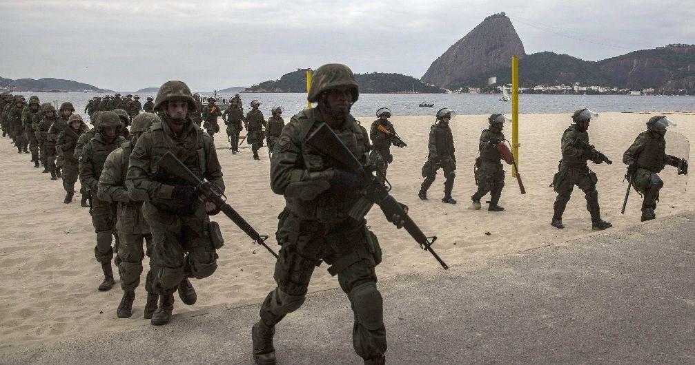 TROPAS. Por decisión del presidente Temer, las tropas del Ejército avanzan sobre Río para hacer frente a la ola de delincuencia.