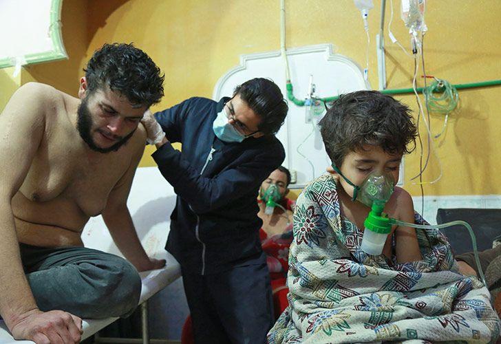 Niños sirios reciben tratamiento por un presunto ataque químico en una clínica improvisada en la aldea de al-Shifuniya, controlada por los rebeldes, en la región oriental de Ghouta, en las afueras de la capital, Damasco.