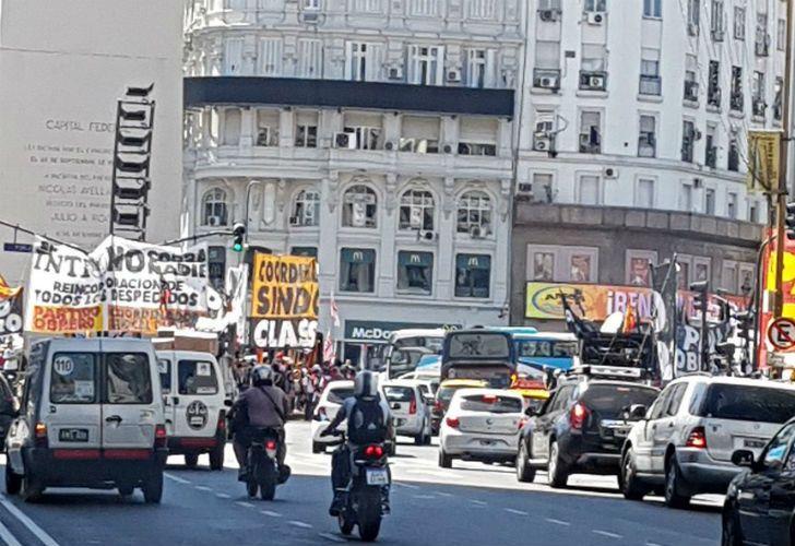 Manifestantes cortan 9 de Julio y Corrientes, en pleno centro porteño.