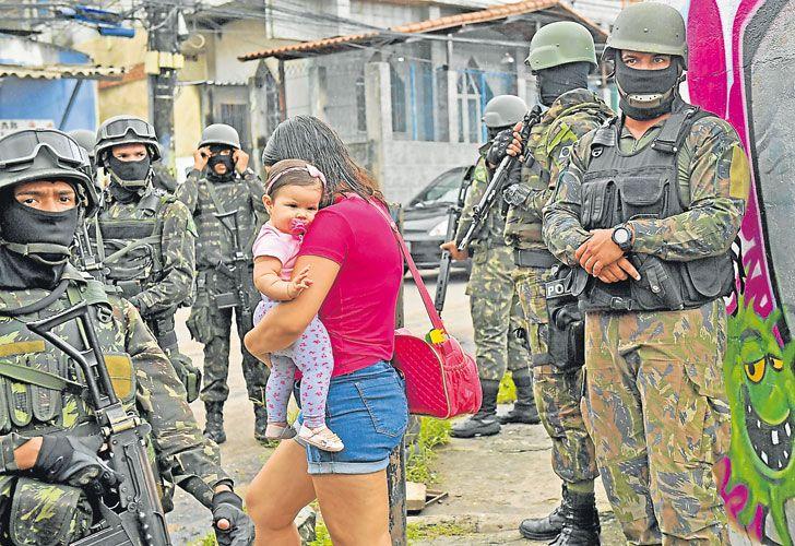 la vida en verde oliva. El Ejército brasileño custodia los accesos a las favelas de Río de Janeiro que las autoridades consideran como más peligrosas.