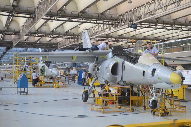 POCO TRABAJO. Las áreas de mantenimiento muestran actividad, pero las líneas de fabricación siguen muy frenadas en la Fábrica de Aviones.