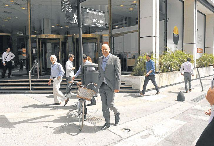 A PASO LENTO. El presidente del Banco Central, Federico Sturzenegger, caminó el miércoles de su oficina hasta el Banco Nación.