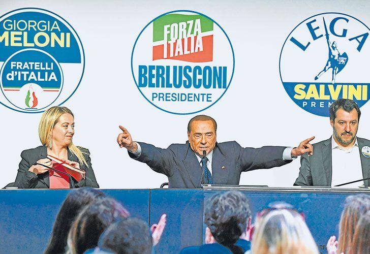 Aliados. El ex primer ministro italiano, Silvio Berlusconi, se muestra junto a sus socios de la alianza integrada por su partido conservador Forza Italia y los ultraderechistas de Hermanos de Italia y la Liga, ambos xenófobos.