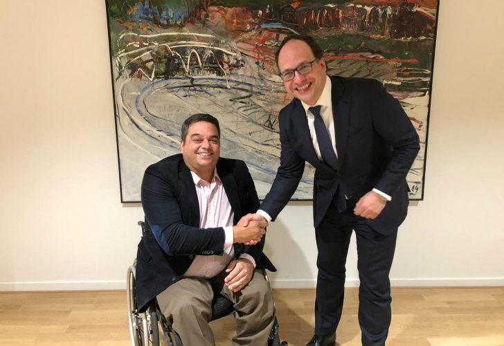 El ministro de trabajo y 12 gremialistas aliados se mostraron en distintas reuniones con ministros en España y Holanda para conocer el diálogo social de esos países.