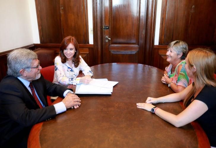 La senadora Cristina Fernández de Kirchner presentó un proyecto de ley que busca que todos los funcionarios tengan sus fondos en el país.