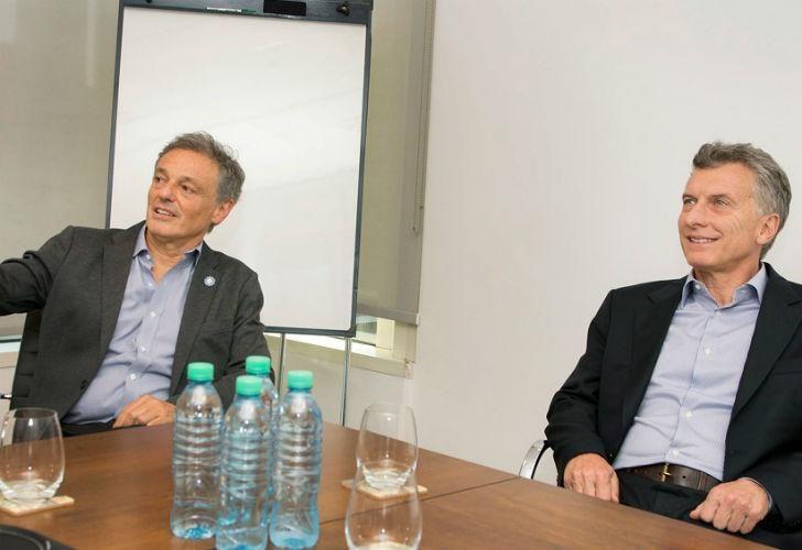 El presidente Mauricio Macri junto al ministro de Producción, Francisco Cabrera.