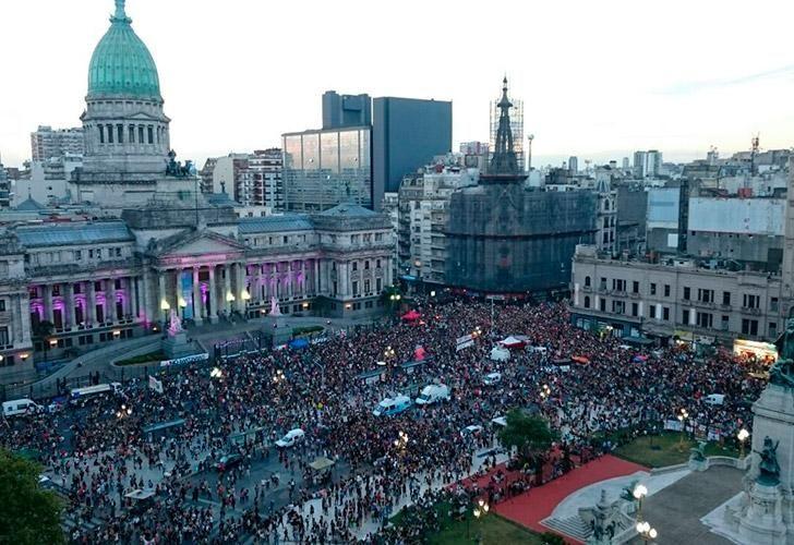 Multitudinaria marcha al Congreso en el Día Internacional de la Mujer